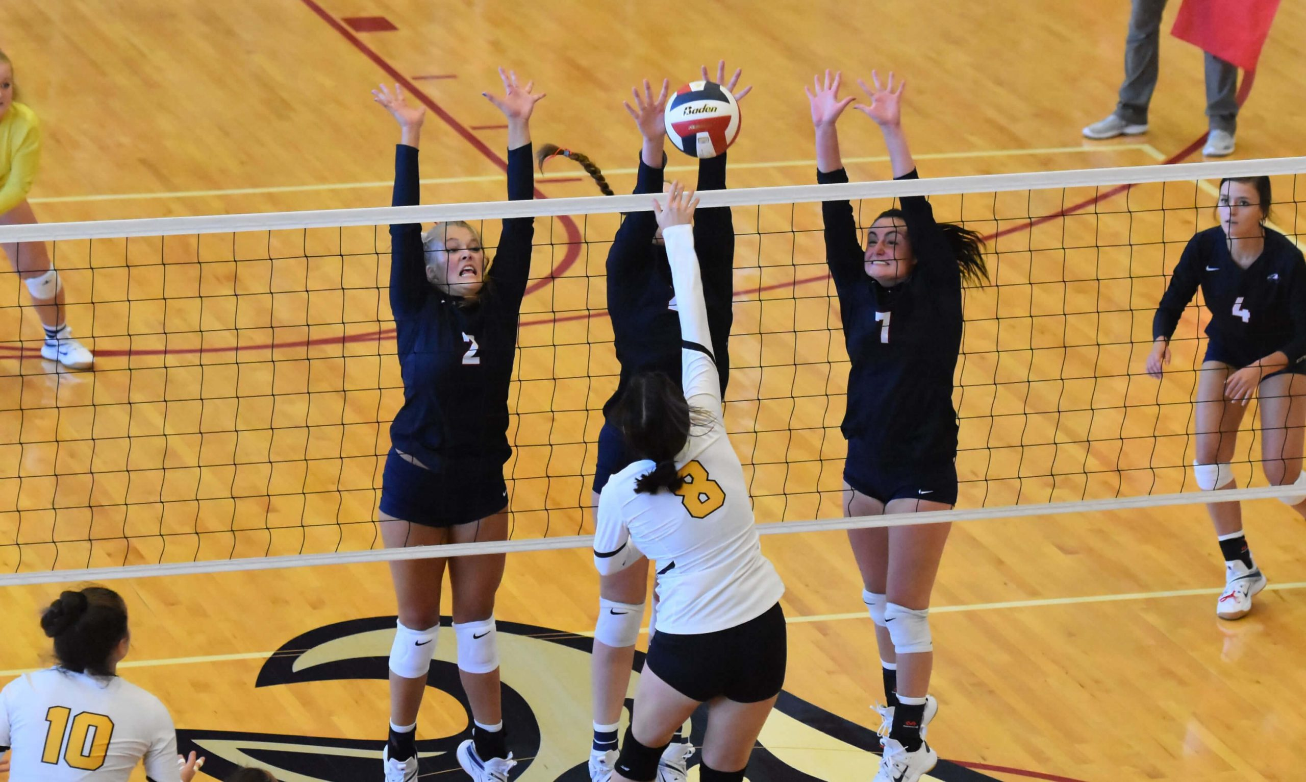 Womens volleyball sweeps California, falls to Stanford